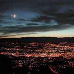 Le ciel au dessus de Genève avec des nuages, la Lune, Vénus, et un coucher de Soleil.