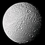 Le satellite Thetys vu par la sonde Voyager 2 en 1981. On voit sur la moitié supérieure de l'image une énorme faille. Elle a plusieurs kilomètres de profondeur. Elle pourrait être due à un craquement de la surface déjà solidifiée de Téthys survenu lorsque l'intérieur du satellite refroidissait et que le diamètre global du satellite diminuait.