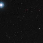 L'étoile Ross 128 est la petite tête d'épingle rouge rubis visible en bas et au centre de cette image. Nous savons aujourd'hui qu'elle est accompagnée d'au moins une planète, Ross 128b