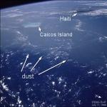 Cette photo a été prise au dessus de la mer des Caraïbes en 1994 par l'équipage de la navette spatiale. Elle révèle des panaches de poussières transatlantiques en provenance du Sahara