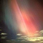 Le photographe Pekka Parviainen immortalisa ces aurores au-dessus de la Finlande le 18 septembre 2000, durant la même tempête géomagnétique que Dan Burbank traversa dans l'espace.
