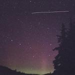 Le Québécois Dominique Cantin se trouvait dehors le 20 juillet 2002 pour photographier des aurores polaires quand l'ISS apparut. La traînée montre la distance parcourue en 30 secondes, durée de la prise de vue.