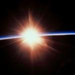 Les astronautes à bord de la navette spatiale Atlantis ont pris cette photo du Soleil levant depuis l'orbite basse le 29 mai 2000