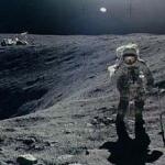 L'astronaute Charles Duke, de la mission Apollo 16, collecte des échantillons de roches près du cratère Plum sur la Lune