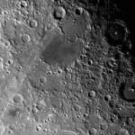 La Lune porte les cicatrices de cratères anciens qui, sur Terre, auraient depuis longtemps été effacées par l'érosion atmosphérique.