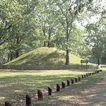 La Louisiane est parsemée d'anciens sites Amérindiens qui prennent la forme de monticules tels que celui-ci, situé dans le parc naturel de Marksville, et encore au-dessus des eaux.