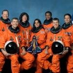 L'équipage de la mission STS 107.Assis au premier rang, de la gauche vers la droite : Commandant Rick D. Husband, 45 ans ; Spécialiste de mission Kalpana Chawla, 42 ans ; Pilote William C. McCool, 40 ans Debout au deuxième rang : Astronautes David M.Brown, 46 ans ; Laurel B.clark, 41 ans ;  Michael P.Anderson, 42 ans et Ilan Ramon, 47 ans  tous quatre spécialistes de mission