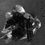 Le robot explorateur Spirit trônant sur sa plate forme d'atterrissage au beau milieu du cratère Gusev. In devrait rester encore quelques jours dans cette position. Cette vue du dessus a été prise par la caméra supérieure de navigation.