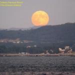 La lune des moissons de 2005 vue depuis Pobra do Caramiñal, en Galice, Espagne.