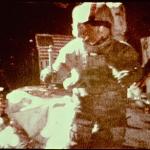 L'astronaute Dave Scott lâchant simultanément une plume et un marteau sur la Lune en 1971