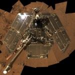En août 2005, Spirit avait recours à sa caméra panoramique afin de se tirer lui-même le portrait. À l'époque, ses panneaux solaires étaient d'une propreté impeccable !