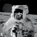 Vous reprendrez bien un peu de technologie lunaire ? L'astronaute Alan Bean récoltant des échantillons de surface lunaire en 1969. Se reflétant sur sa visière, le photographe, Charles Conrad.