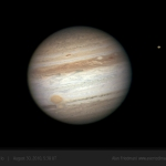Dans un télescope amateur de qualité (ici 25 cm de diamètre), il est possible de voir la grande tache rouge au contact de sa petite semblable. En haut à droite de Jupiter, c'est le disque de Io qui est visible.
