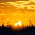 Une précédente éclipse de minuit photographiée dans le nord de la Suède le 31 juillet 2000. L'éclipse de ce soir sera deux fois plus profonde.