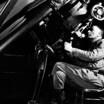 Edwin Hubble en train de regarder fuir les galaxies