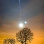 Le 31 janvier 2017, le croissant de lune, Vénus et Mars étaient rassemblés dans un même coin de ciel au crépuscule. Encore éclairée par le soleil depuis son olympe orbital, la Station spatiale internationale s'est jointe brièvement au trio non loin du Lude, en France. Depuis l'endroit choisi par le photographe, la Station spatiale internationale semblait provenir directement de Mars.
