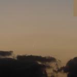 McNaught 40 minutes après le coucher du Soleil.Instrumentfocale de 200 mm, montage de 5 images Pose et film1/6 s sur APN Canon 350D + Sigma 70-300 1:4-5.6 Date et lieu10 janvier 2007, Le Guilvinec