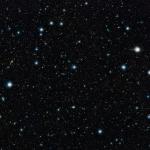 Cette image montre une partie de l'image profonde du ciel la plus grande jamais réalisée dans l'infrarouge, avec un temps de pose effectif total de 55 heures. Elle a été créée en combinant plus de 6000 images du télescope VISTA dédié aux sondages de l'Univers à l'Observatoire de Paranal de l'ESO au Chili. Cette image montre une région du ciel connue sous l'appellation de « champ COSMOS » dans la constellation du Sextant. Plus de 200 000 galaxies ont été identifiées sur cette image.