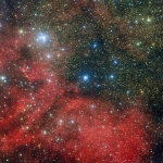 L'amas d'étoiles NGC 6604 est dévoilé sur cette nouvelle image prise avec la caméra WFI installée sur le télescope MPG/ESO de 2,2 mètres de l'Observatoire La Silla au Chili. NGC 6604 est le groupement lumineux qui s'étend en haut à gauche de l'image. C'est un jeune amas d'étoiles qui constitue la partie la plus dense d'un groupe plus largement étendu contenant environ une centaine d'étoiles bleuâtres lumineuses. L'image montre également la nébuleuse associée à cet amas – un nuage d'hydrogène ionisé lumineux appelé Sh2-54 - ainsi que des nuages de poussière.