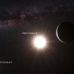 Vue d'artiste de la planète nouvellement découvert en orbite autour de l'étoile Alpha du Centaure B, un membre du système d'étoiles triple le plus proche de la Terre. Alpha du Centaure B est l'objet le plus brillant dans le ciel et l'autre objet éblouissant est Alpha du Centaure A. Notre propre Soleil est visible en haut à droite. Le faible signal de la planète a été détecté par le spectrographe HARPS sur le télescope de 3.6 mètres de l'Observatoire de La Silla de l'ESO au Chili.