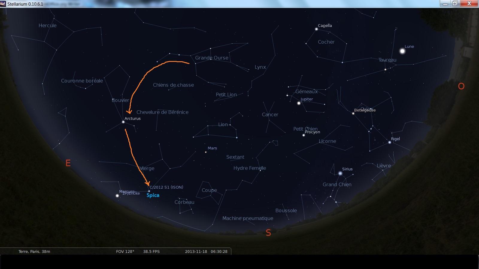 Aspect du ciel à Paris le 18 novembre 2013 à 6h30 heure légale. Le chemin à suivre pour trouver les étoiles Arcturus et Spica est indiqué par les flèches oranges. N\'oubliez pas que C/2012 X1 LINEAR est juste à côté d\'Arcturus.