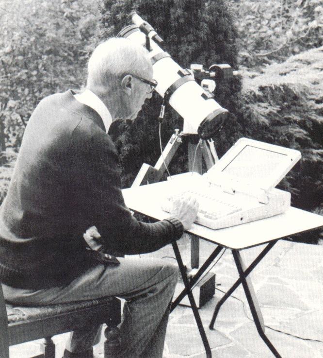 Alphonse Pouplier pilotant un télescope grâce à son astucieux programme Logis-Ciel.