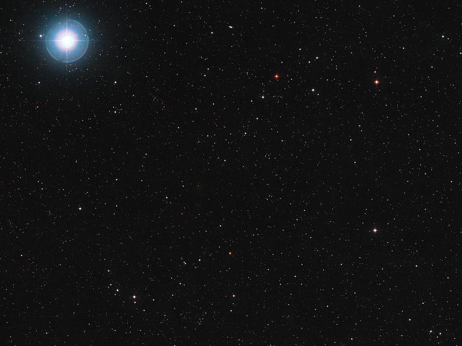 L\'étoile Ross 128 est la petite tête d\'épingle rouge rubis visible en bas et au centre de cette image. Nous savons aujourd\'hui qu\'elle est accompagnée d\'au moins une planète, Ross 128b