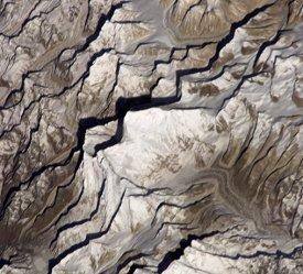 L'astronaute Dan Bursch, membre de la quatrième mission à bord de la Station Spatiale Internationale, a saisi cet instantané de l'Everest fin mars 2002. Cliquez sur le lien du crédit pour obtenir une image grand format annotée