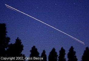 Le 5 juin 2002, la navette spatiale Endeavour de la NASA filait dans le ciel des Pays-Bas où Cees Bassa l'aperçut et prit cette photo. On peut y discerner à la fois la trace de la navette (en blanc) et celle du réservoir extérieur (dominante orange) que la navette vient juste de larguer