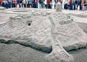 « Une forteresse de sable, juillet 1980 », érigée lors du concours de châteaux de sable de Cannon Beach, Oregon.
