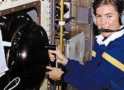 L'astronaute Janice Voss (sœur de l'auteur original de cet article) surveille une expérience de combustion à bord de Columbia en 1997