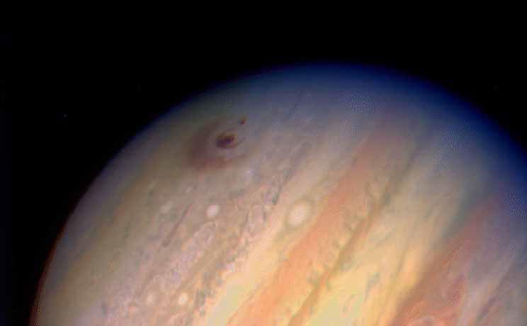 La trace d'impact du fragment G de la comète SL-9 au sommet de l'atmosphère de Jupiter. Le diamètre de l'anneau extérieur est à peu près celui de la Terre, soit quelque 12 700 km