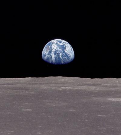 Clair de Terre photographié par les astronautes d'Apollo 11. Vue depuis la Lune, la Terre apparaît quatre fois plus grande que le Soleil et environ 50 fois plus brillante qu'une pleine lune.