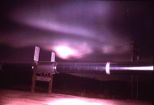 Aurores polaires photographiées au-dessus d\'un oléoduc en Alaska en 1958