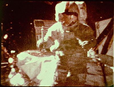 L\'astronaute Dave Scott lâchant simultanément une plume et un marteau sur la Lune en 1971