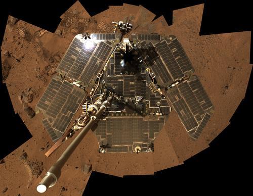 En août 2005, Spirit avait recours à sa caméra panoramique afin de se tirer lui-même le portrait. À l\'époque, ses panneaux solaires étaient d\'une propreté impeccable !