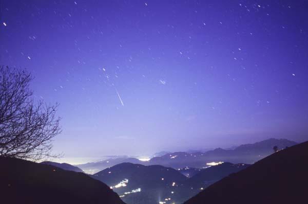 Une léonide surprise au petit matin au dessus de l\'Italie en novembre 2006. C\'est typiquement le genre d\'ambiance qui pourrait être observé le 1er septembre 2007