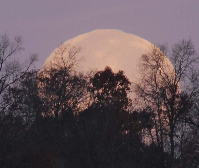 La pleine Lune se levant au-dessus de Manchester, dans le Maryland.