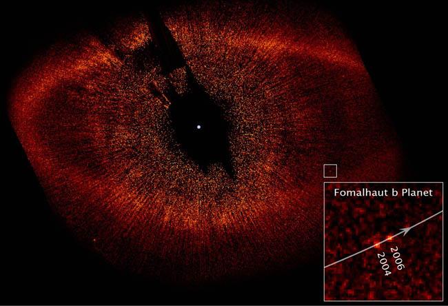 Image en lumière visible des environs de Fomalhaut, avec en insert un gros plan sur le chemin parcouru par la planète Fomalhaut b entre 2004 et 2006
