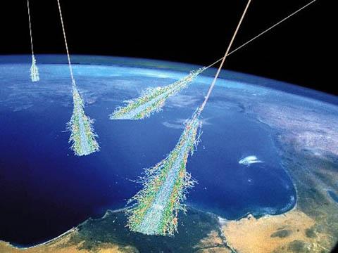 Vue d\'artiste de rayons cosmiques frappant la haute atmosphère