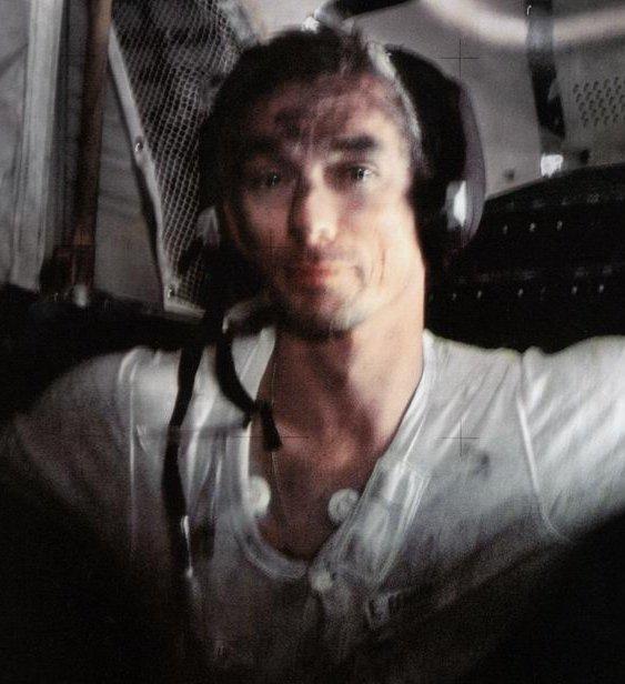 Gene Cernan couvert de poussière de Lune après une sortie du Module Lunaire lors de la mission Apollo 17