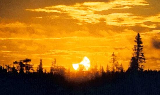 Une précédente éclipse de minuit photographiée dans le nord de la Suède le 31 juillet 2000. L\'éclipse de ce soir sera deux fois plus profonde.