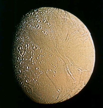 Le satellite Encelade vu par la sonde Voyager 2 en 1981.