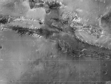 Parcourant près de 5000 kilomètres d'est en ouest, Valles Marineris est le plus grand système de canyons du système solaire. Par endroits, il atteint 10 kilomètres de profondeur. À titre de comparaison, les magnifiques Gorges du Verdon, en Provence, font au maximum 700 mètres de profondeur.