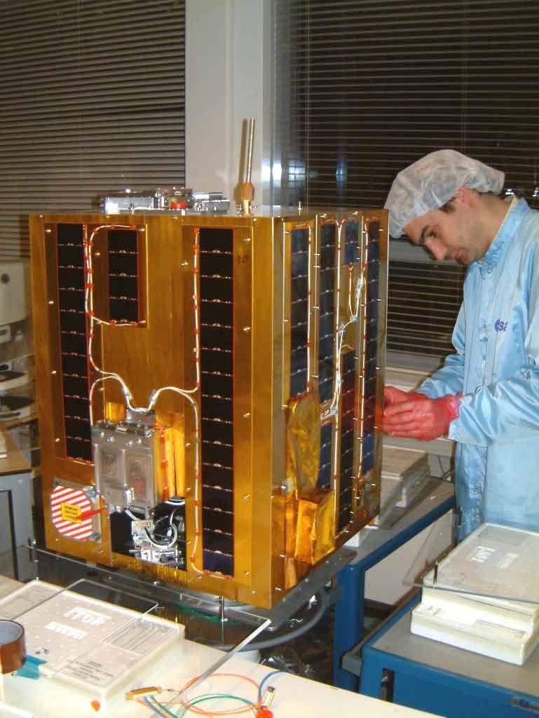Le satellite SSETI tel qu'il se présentait pendant la toute dernière phase de son intégration réalisée dans une salle blanche du Centre d'essais de l'ESA à Noordwijk (Pays Bas)