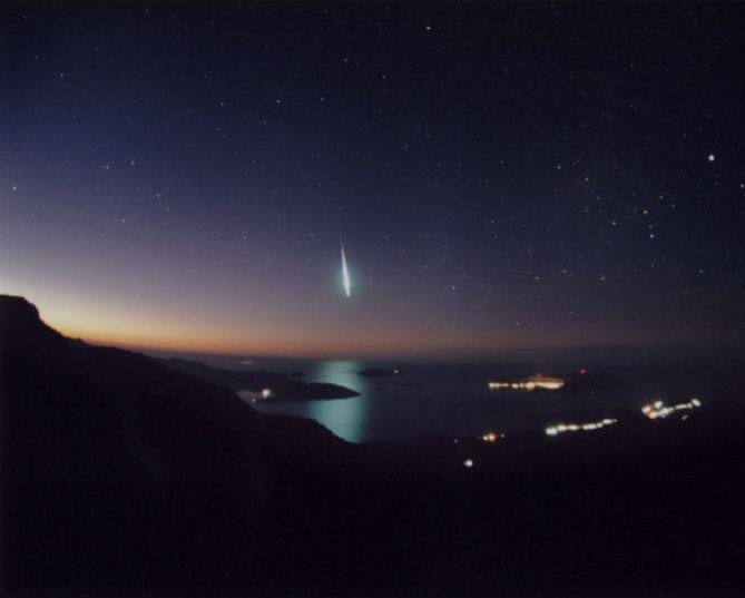 Splendide bolide des Léonides surpris en 2001 au dessus de la Méditerranée depuis la côte turque