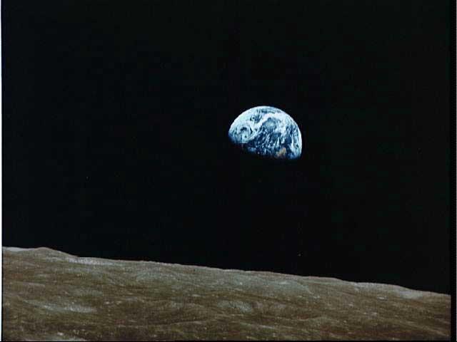 Le quartier de Terre vu depuis la Lune par les astronautes de la mission Apollo 8. Notez que la Terre présente à la Lune la phase symétrique de celle que la Lune lui présente au même moment.