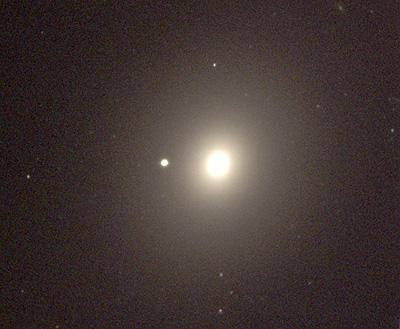 Le trou noir a été observé dans un amas globulaire de la galaxie elliptique M49 (aussi appelée NGC 4472), située à 50 millions d\'années lumière, dans l\'amas Virgo.