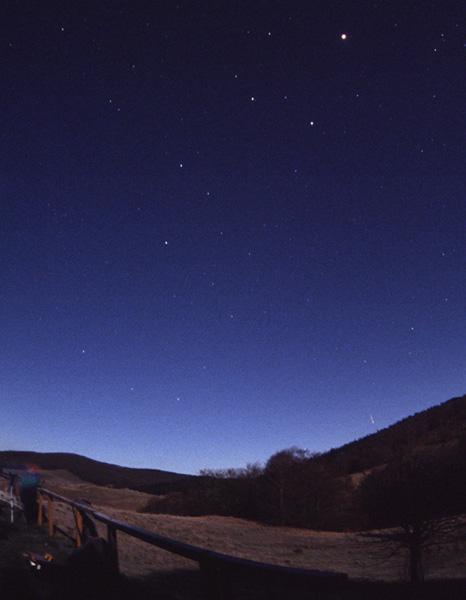 Au ras de la colline de droite, une Léonide photographiée le 19 novembre 2002 par Laurent Laveder dans des conditions assez proches de celles de cette année, avec une lune encore plus envahissante puisque pleine.