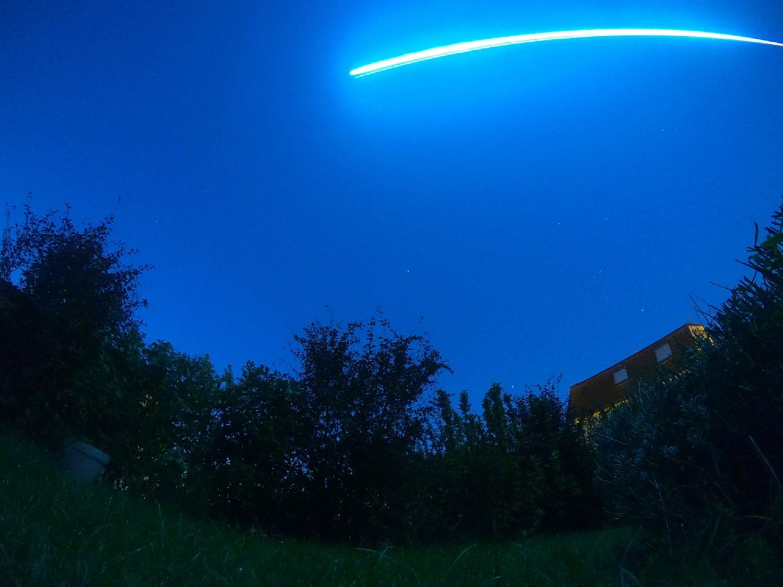 Le bolide du 13 octobre à 6h50 vu depuis la Moselle par la Gopro 7 fr Patrick Nesler. La trajectoire incurvée du bolide est due à la focale ultra courte de la caméra (3mm)